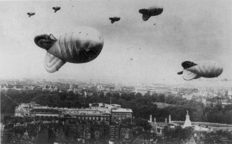 Barrage_balloons_over_London_during_World_War_II